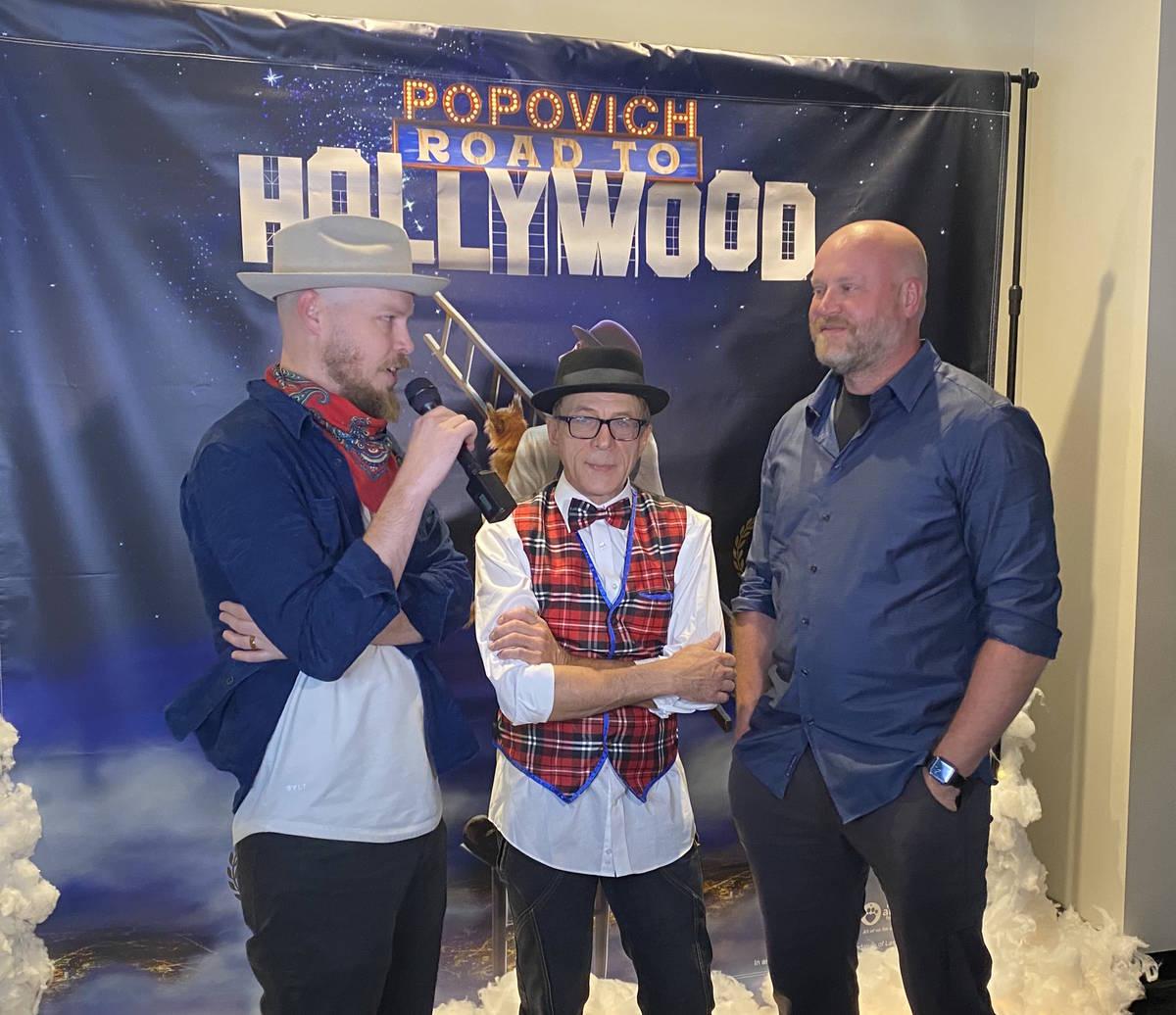 Mike Thompson, a la izquierda, y Jerry Thompson, de Light Forge Studios, entrevistan al artista ...