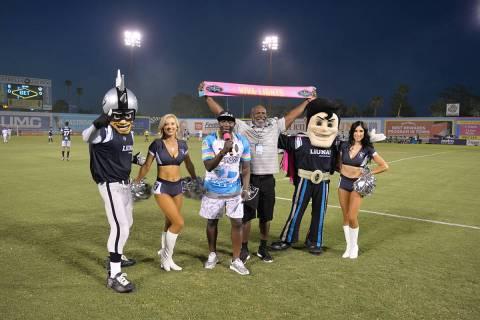 """Un par de """"Raiderettes"""", las bellas y energéticas porristas de los Raiders, junto a las mascot ..."""