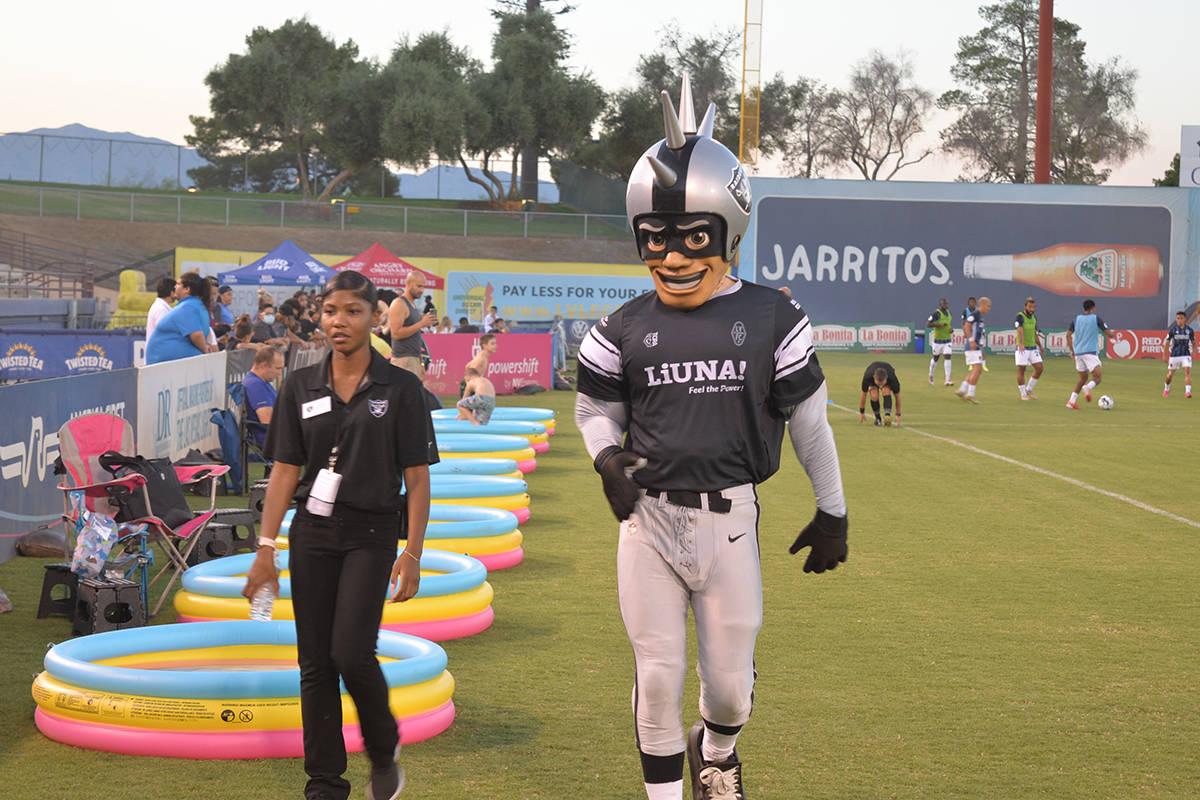 La mascota de los Raiders estuvo en el estadio. El viernes 27 de agosto de 2021 en el Cashman F ...