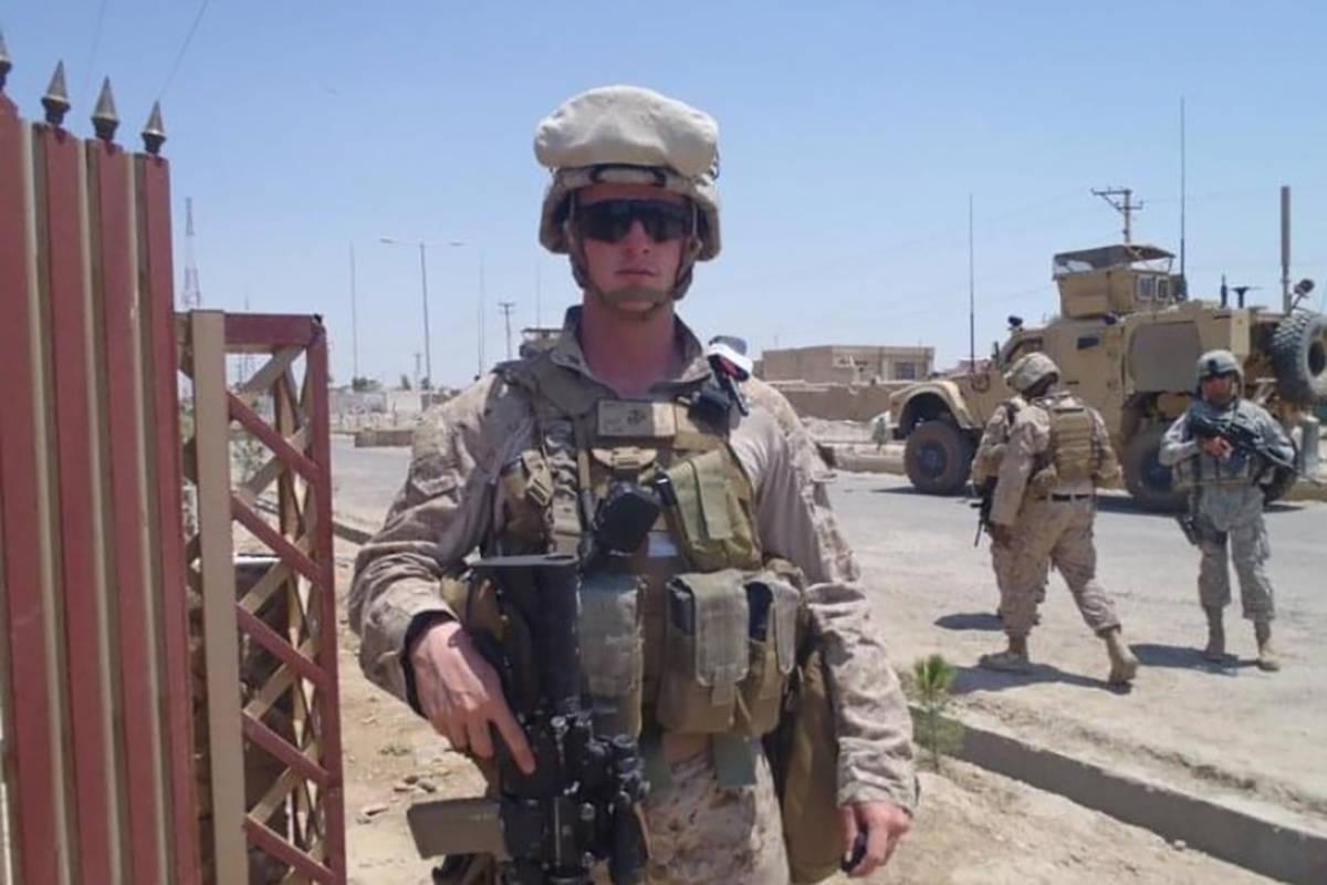 El teniente primero del Cuerpo de Marines Shamus Flynn posa para una foto en junio de 2011 en A ...