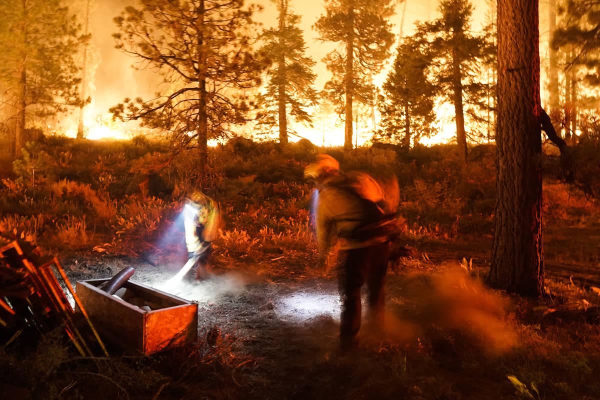"""Dos bomberos crean un corte de combustible mientras el """"Caldor Fire"""" arde cerca de las casas ..."""