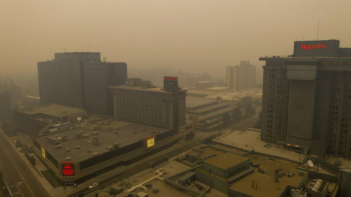 """El humo del """"Caldor Fire"""" llena el cielo sobre Stateline, Nevada, el viernes 27 de agosto de 20 ..."""