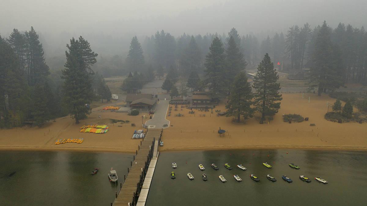 """El humo del """"Caldor Fire"""" llena el cielo sobre Zephyr Cove del Lago Tahoe en el Condado Douglas ..."""
