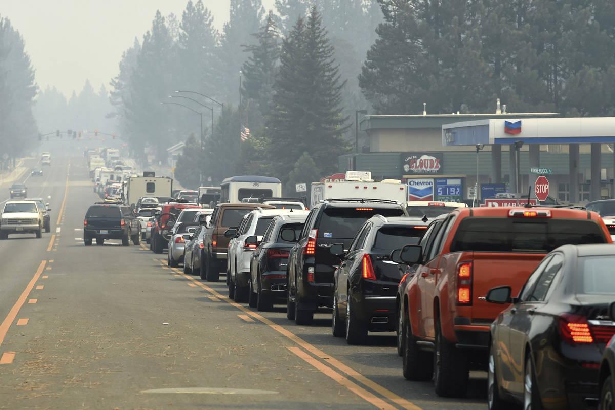 El tráfico de evacuación en South Lake Tahoe, Ca. mientras se anuncian las evacuaciones oblig ...