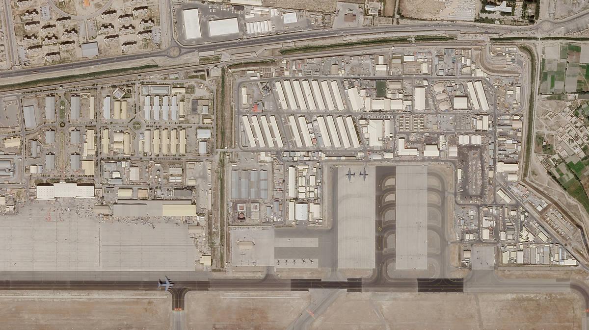 En esta foto satelital tomada por Planet Labs Inc. se ve la parte militar del aeropuerto intern ...