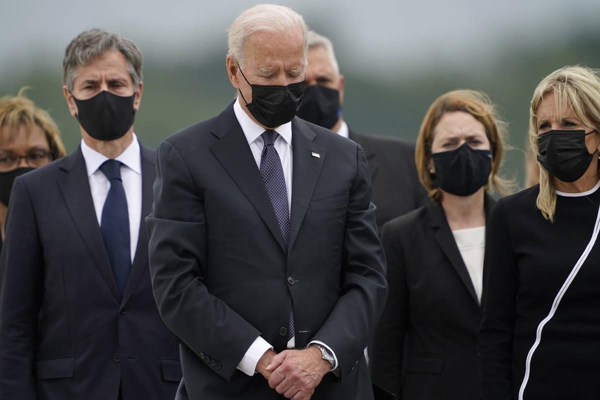 El presidente Joe Biden inclina la cabeza mientras la primera dama Jill Biden, a la derecha, y ...