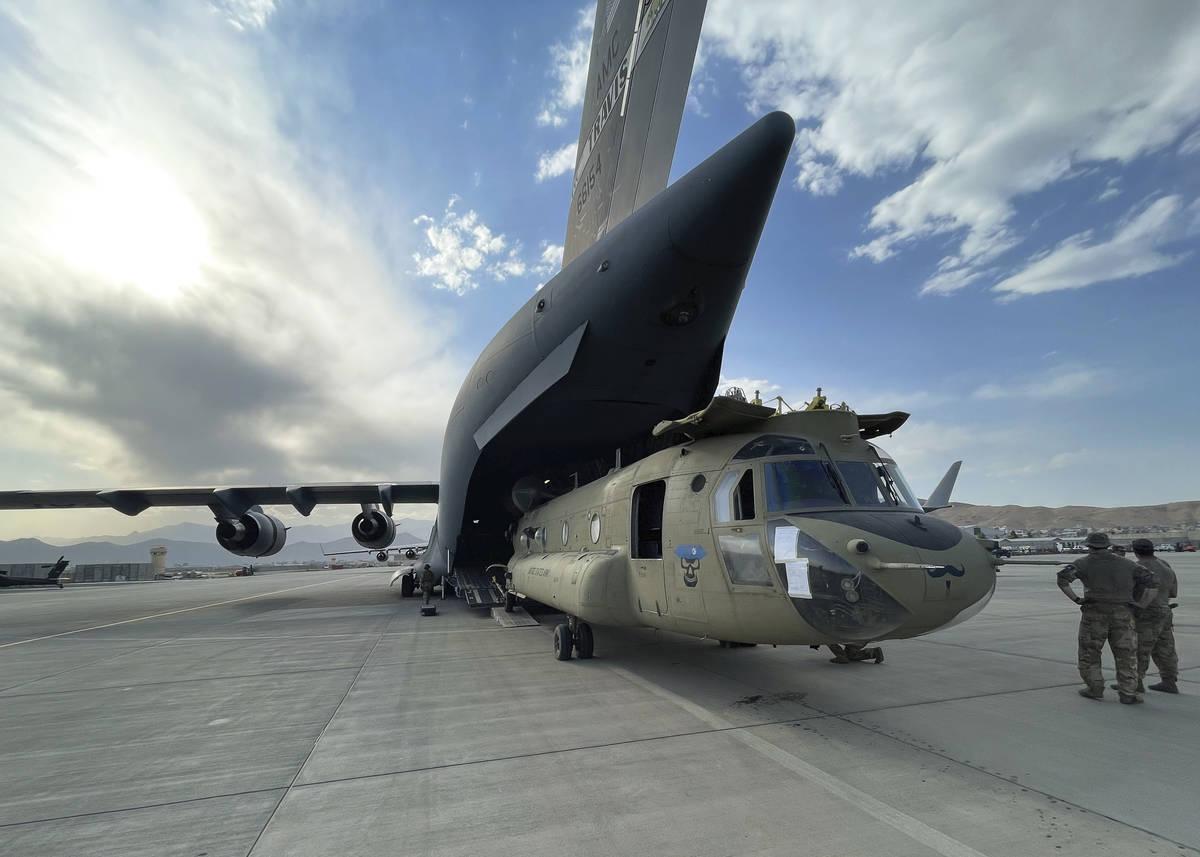En esta imagen proporcionada por el Department of Defense, un CH-47 Chinook de la 82nd Combat A ...
