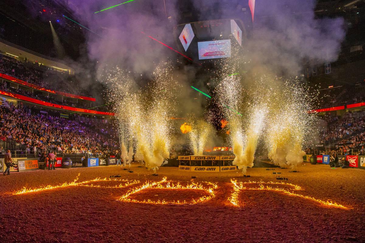 Ceremonias de apertura durante el tercer día de las Finales Mundiales de PBR en T-Mobile Arena ...