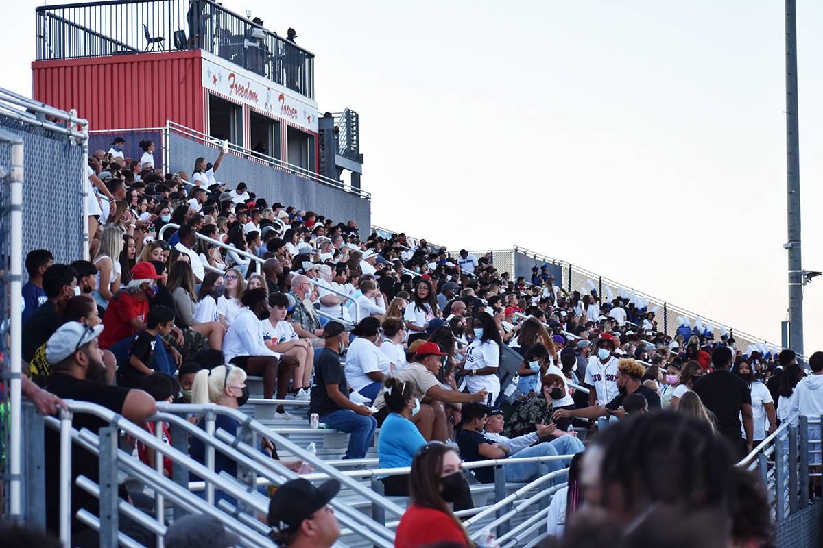 Cientos de estudiantes y familias acudieron a ver el encuentro entre Liberty y Canyon Springs, ...