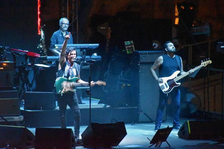 Saúl Hernández llego al Mandalay Bay Beach acompañado de su banda. El sábado 28 de agosto d ...