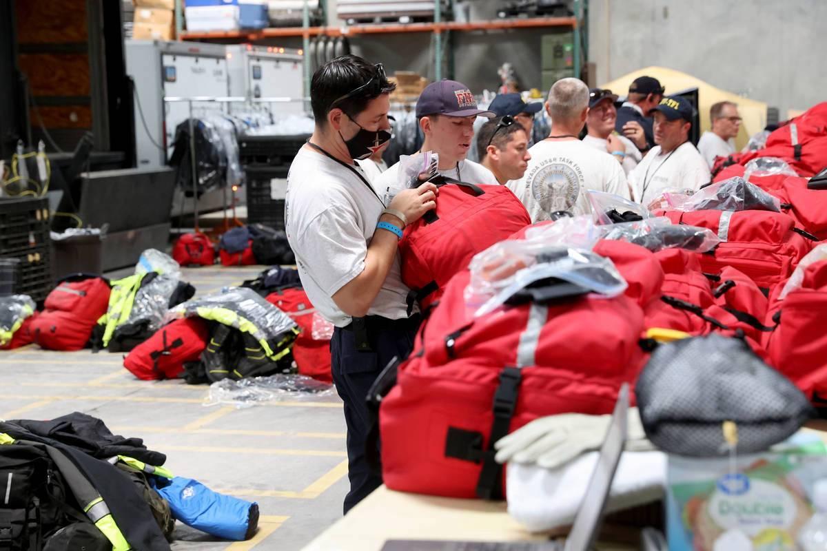 Los miembros del equipo de Búsqueda y Rescate Urbano del Grupo de Trabajo 1 de FEMA Nevada car ...