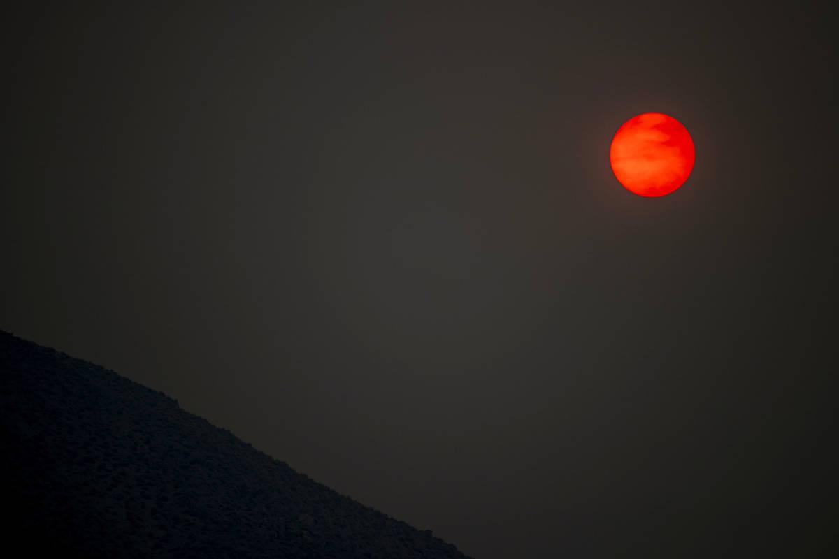 """Un sol rojo en el horizonte causado por el humo del """"Caldor Fire"""" el martes 31 de agosto de 2 ..."""