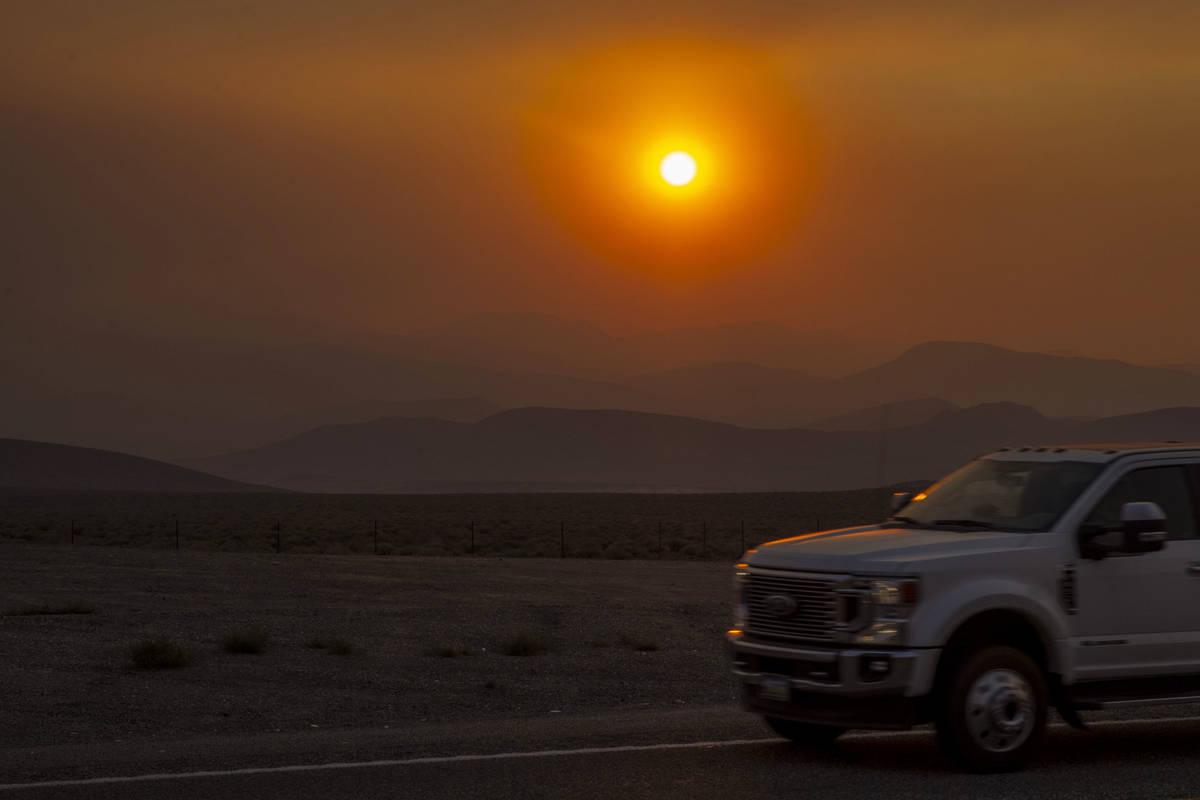 """Una puesta de sol roja y amarilla causada por el humo del """"Caldor Fire"""" el martes 31 de agost ..."""