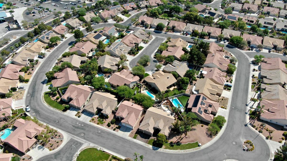 Una vista aérea de las viviendas cerca de Paseo Verde Parkway en Henderson, Nevada, el martes ...