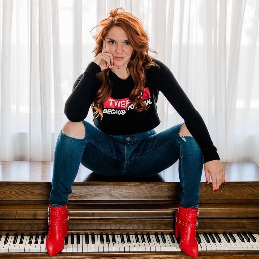 Sarah Hester Ross presenta su show de comedia y música los jueves en Notoriety Live at Neonopo ...