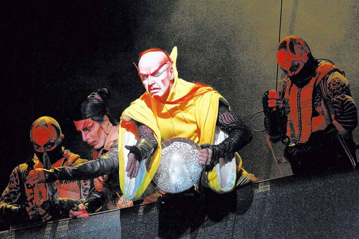 """Los artistas del espectáculo del Cirque du Soleil """"Ka"""" representan la escena de batalla durant ..."""