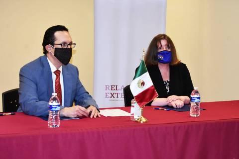 El cónsul de México en Las Vegas, Julián Escutia, firmó un Memorándum de Entendimiento con ...