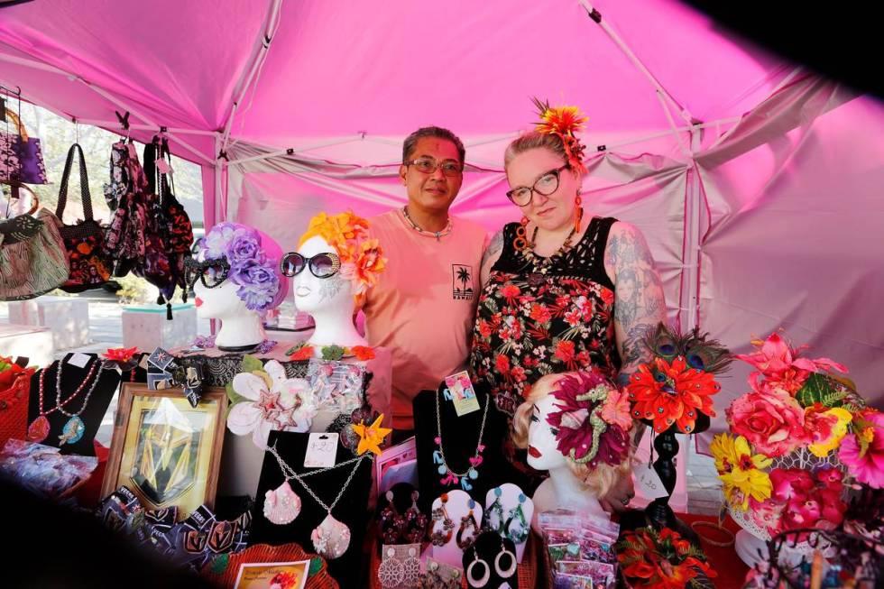 Madison Morassi De Los Reyes y su esposo Joseph posan para una foto mientras venden artículos ...