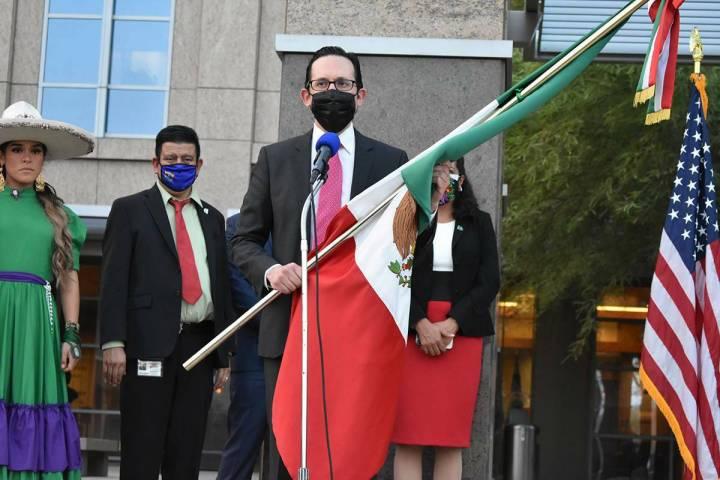 Archivo.- El cónsul de México en Las Vegas, Julián Escutia, se unió a la celebración de la ...