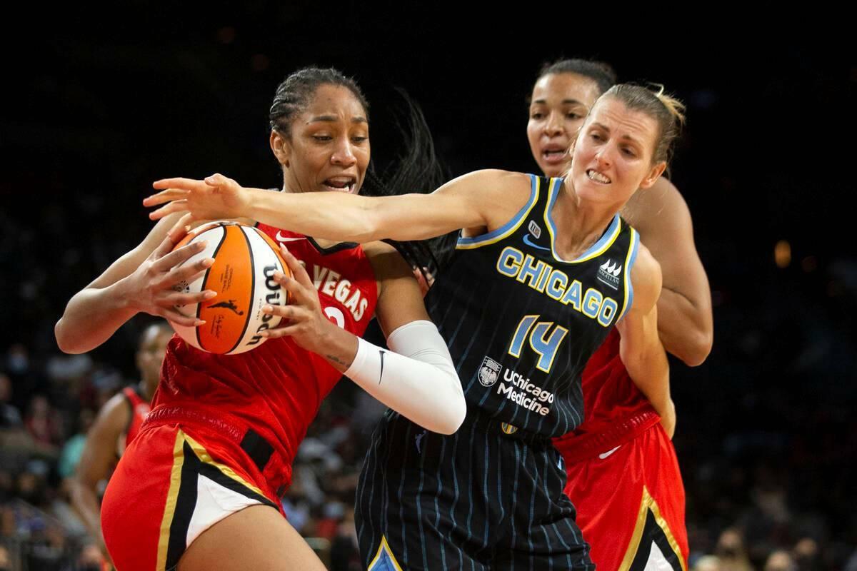 La jugadora de Las Vegas Aces, A'ja Wilson (22), disputa el control del balón con su rival de ...