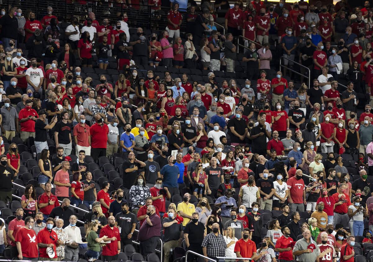 Fans se ponen de pie durante el Himno Nacional antes de un partido de fútbol americano de la N ...