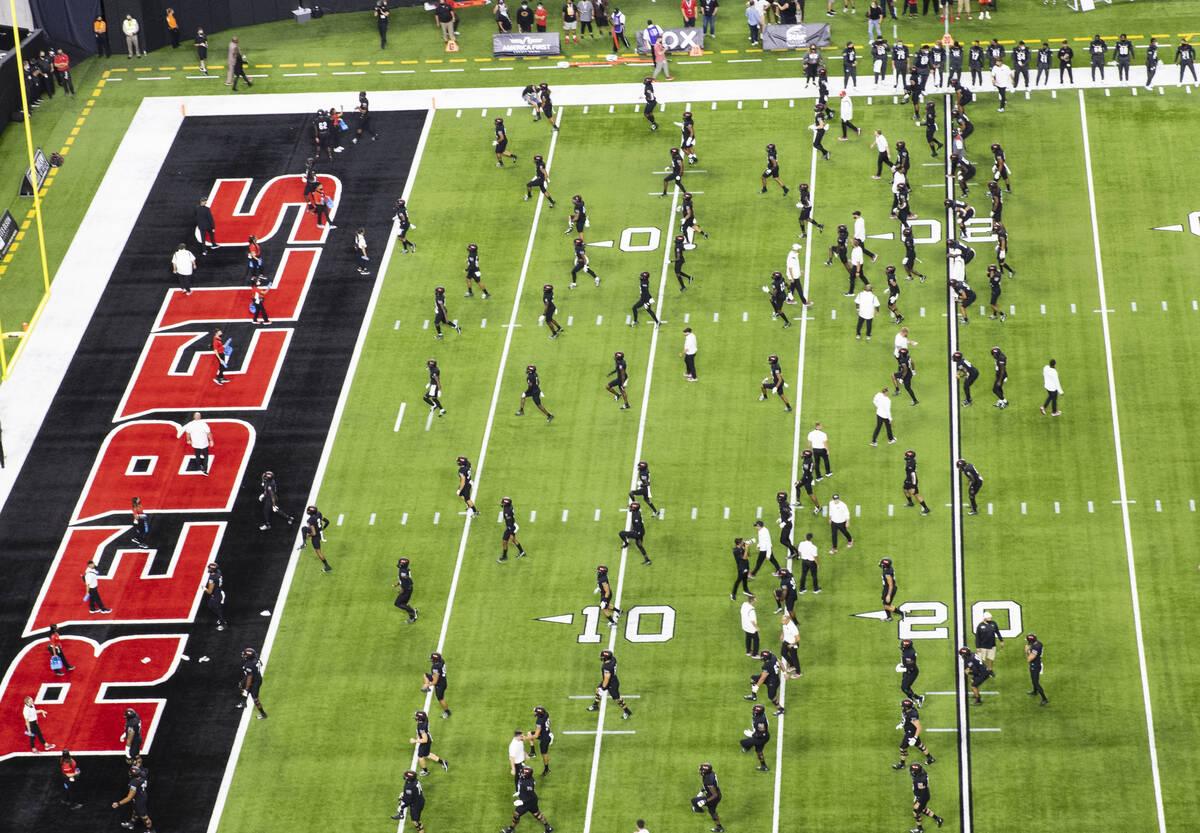 Los jugadores de UNLV Rebels y de Eastern Washington University calientan antes de un partido d ...