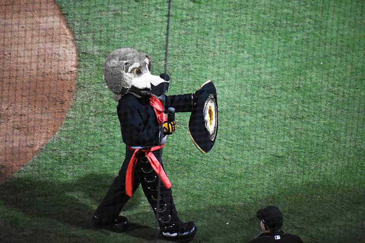 Archivo.- La mascota de los Naranjeros, Beto Coyote, divirtió a los asistentes. Sábado 21 de ...