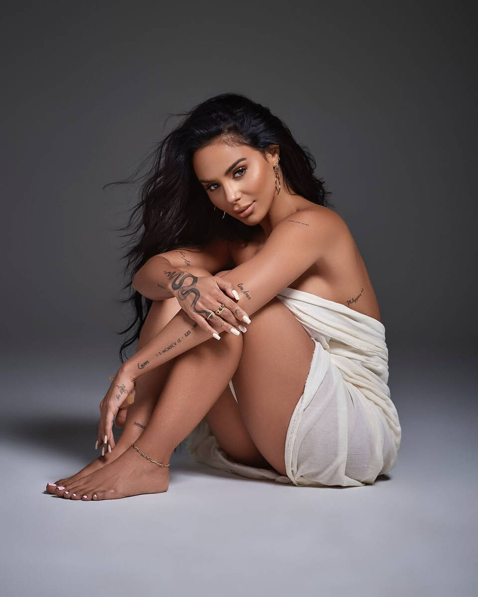 """La cantante brasileña Izzy La Reina, se proclamó dominatriz con el estreno la canción """"Boy ..."""