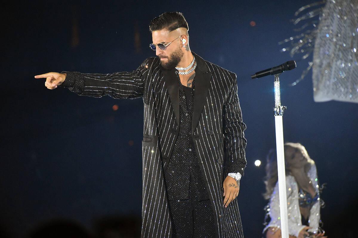 El escenario, los músicos y fans esperaron 2 horas –extra- para que Maluma saliera a cantar, ...