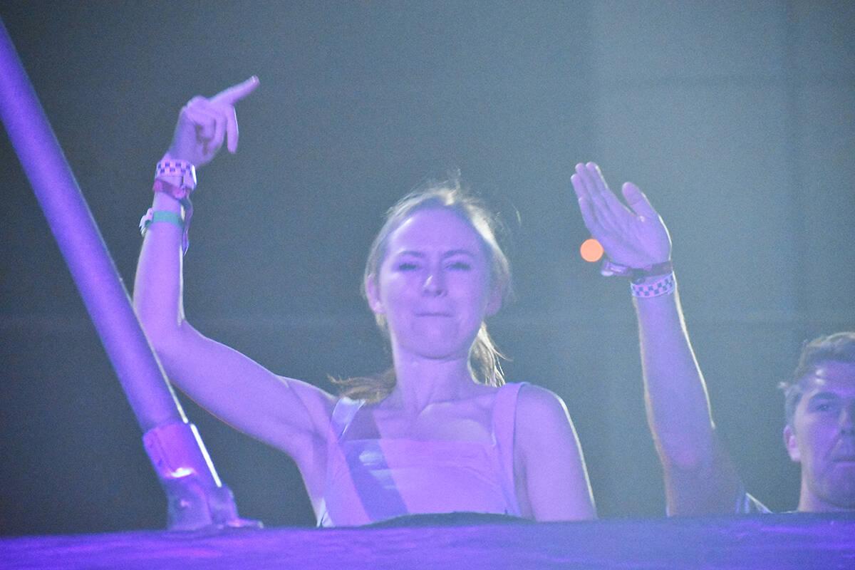 La joven DJ, Pauline Herr deleitó al público con su espectáculo en un escenario que recreaba ...