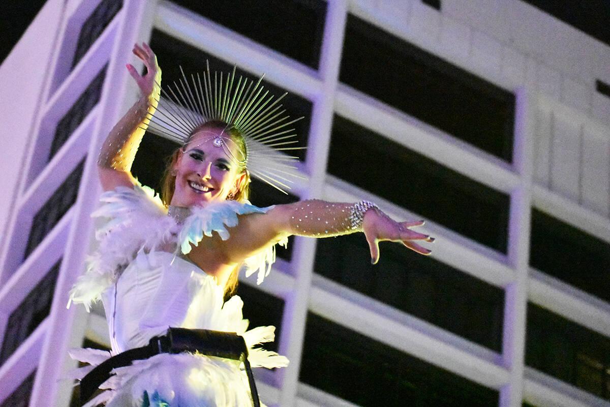 Un grupo de mujeres acróbatas recibió a los asistentes realizando excelsos movimientos desde ...