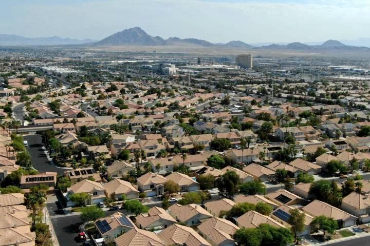 Una vista aérea de las viviendas cerca de American Pacific Drive en Henderson, Nevada, el mart ...