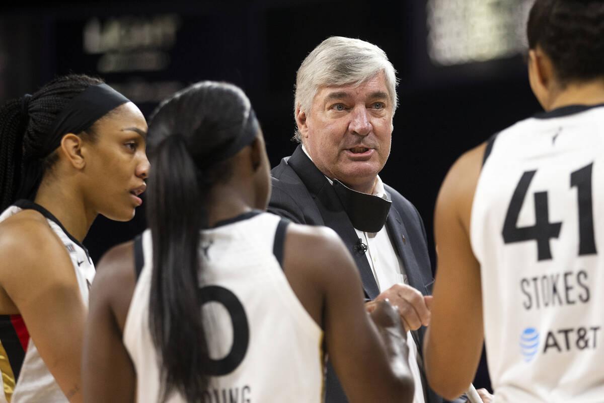 El entrenador de Las Vegas Aces, Bill Laimbeer, habla con el equipo antes de un partido de la W ...