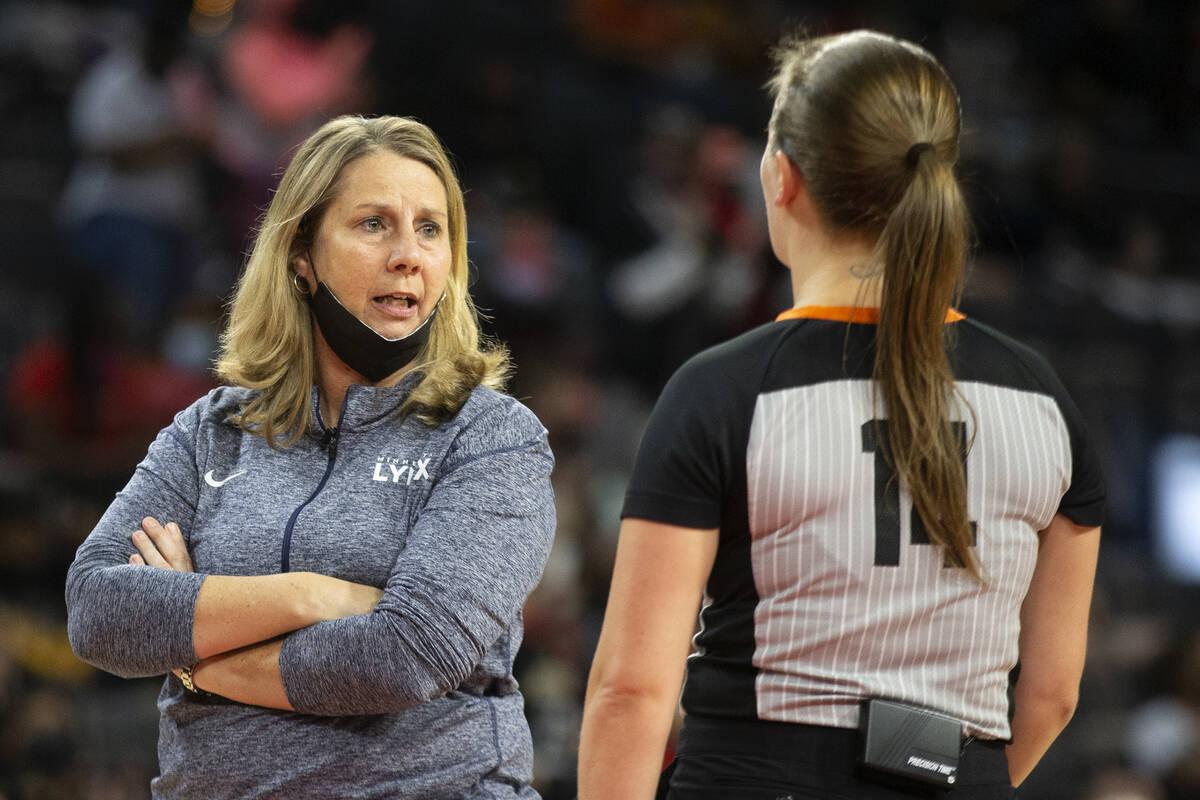 La entrenadora de las Minnesota Lynx, Cheryl Reeve, tiene un desacuerdo con una árbitra durant ...