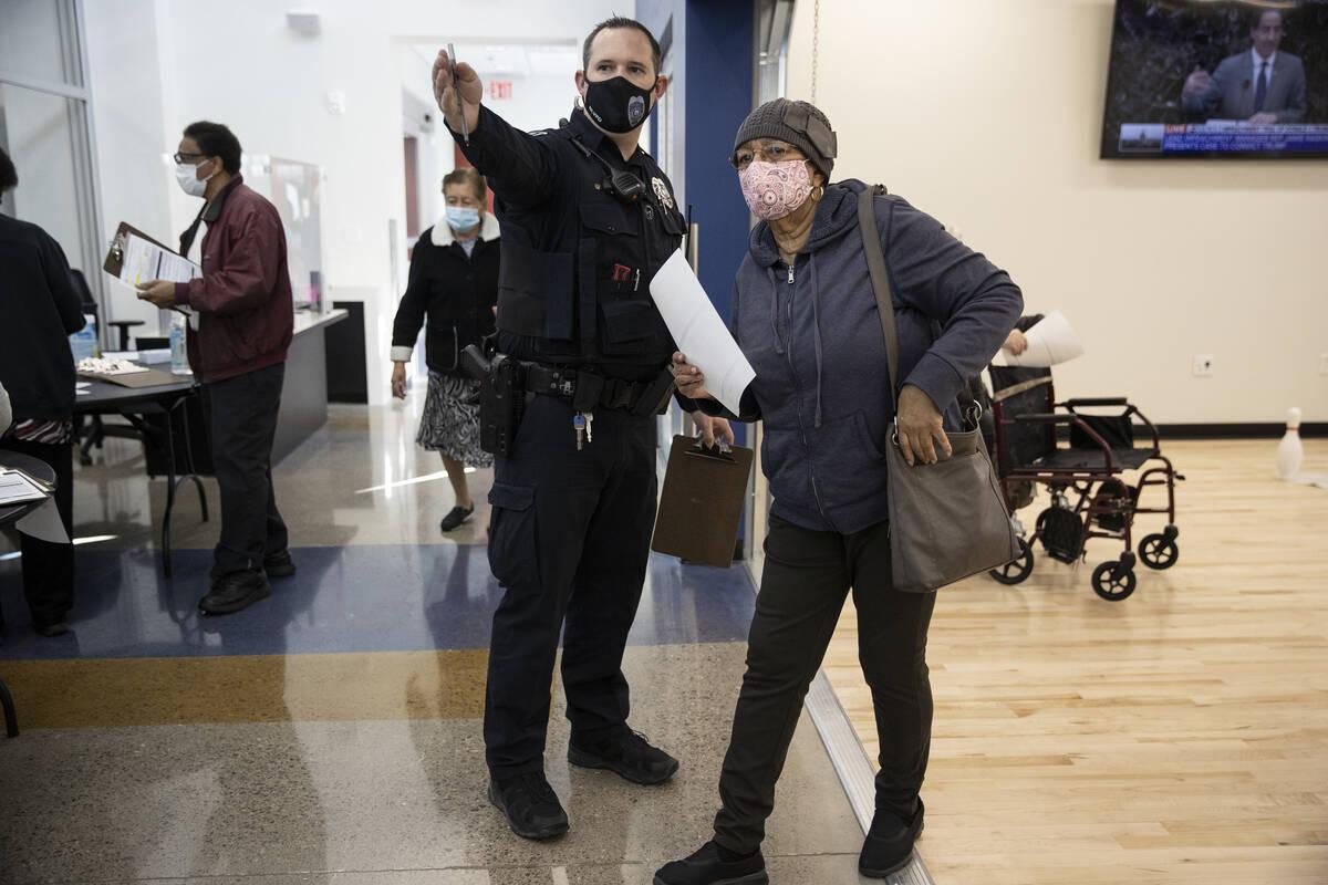 El oficial de policía de North Las Vegas, Mazar, dirige a Jacqueline Perkins-Denmark a la lín ...