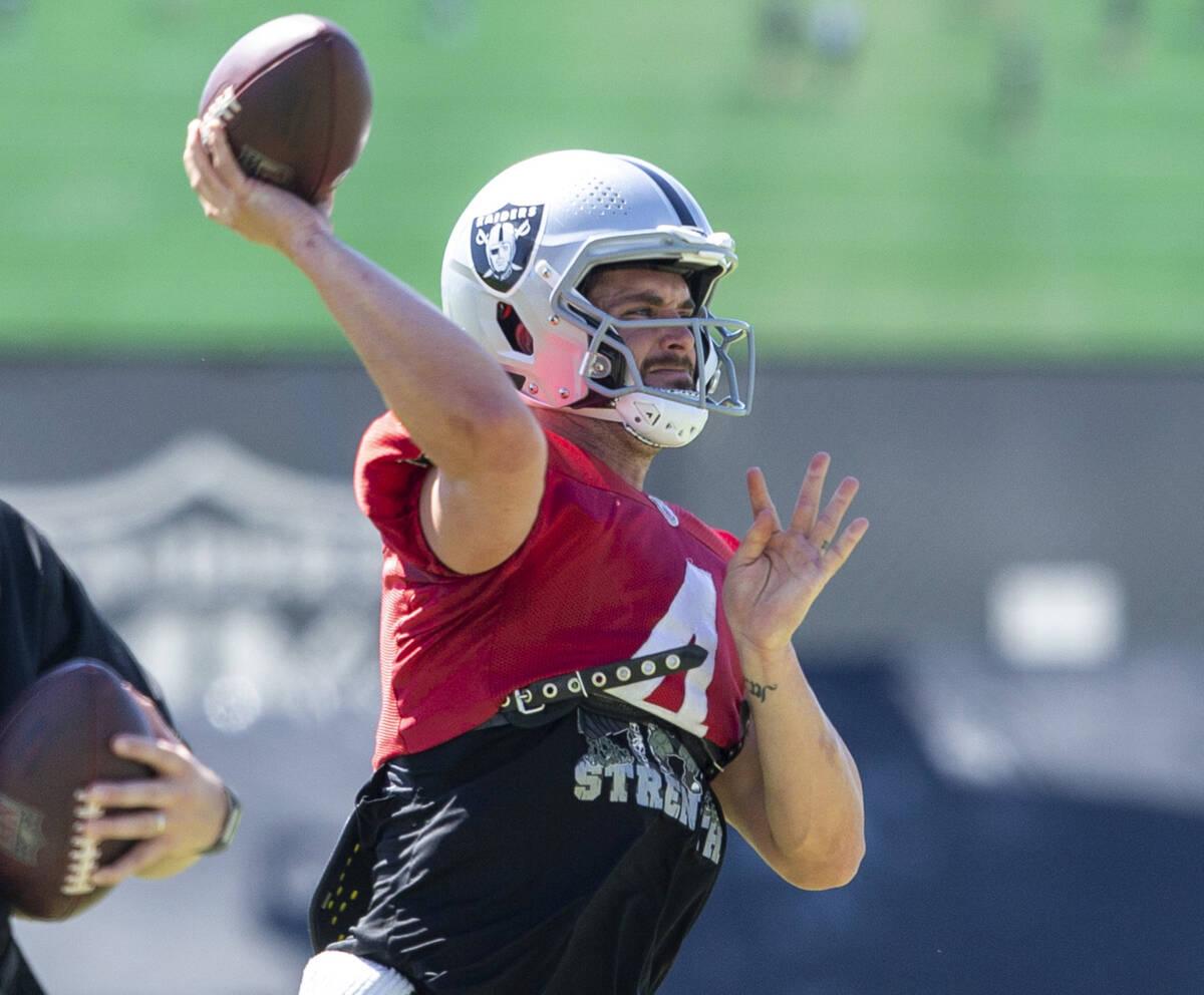 El quarterback de los Raiders, Derek Carr (4), lanza el balón durante la práctica del equipo ...