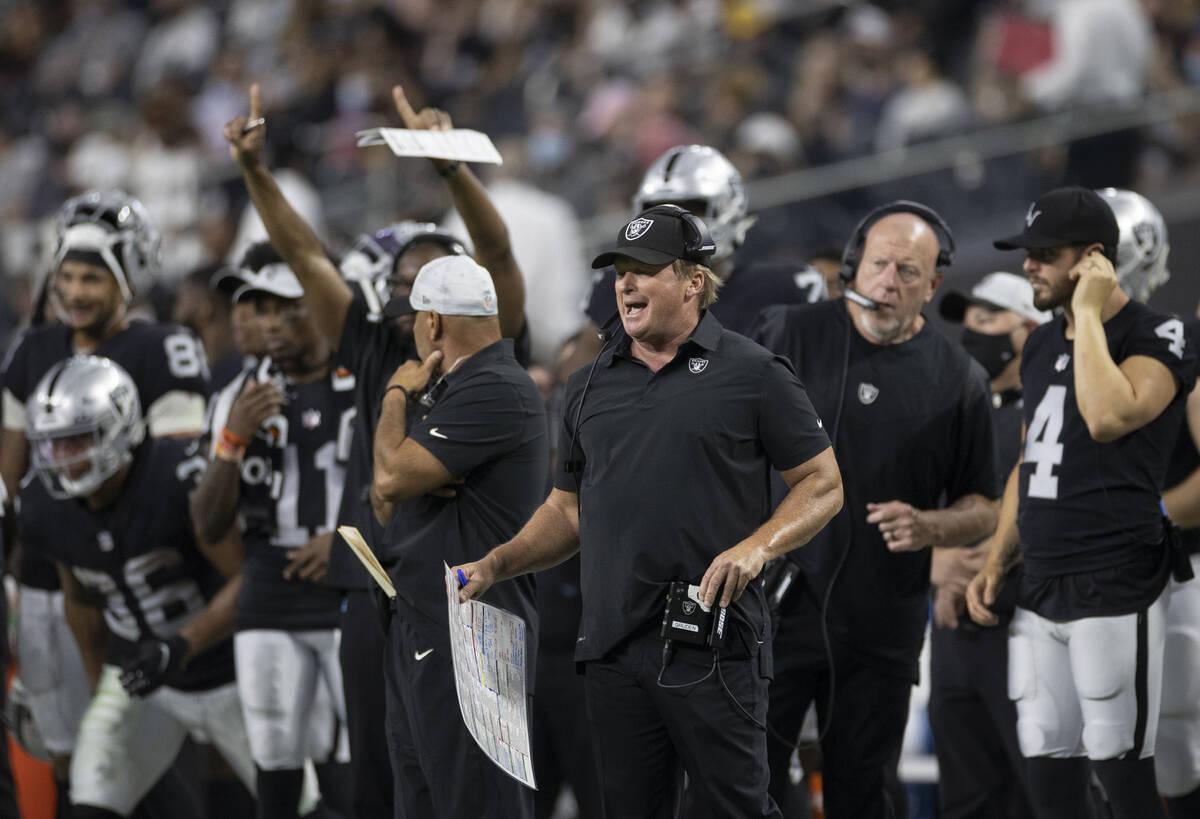 El entrenador de los Raiders, Jon Gruden, llama una jugada durante un partido de pretemporada d ...