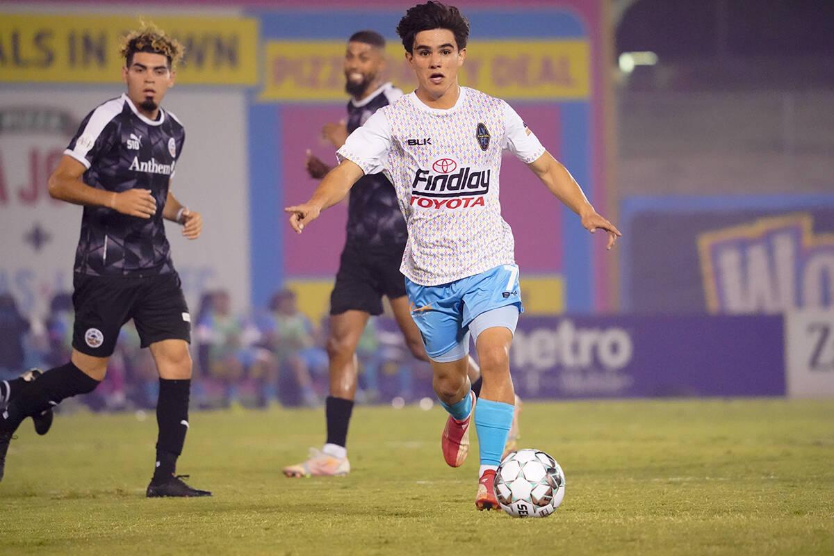 El internacional juvenil mexicano Bruce El-Mesmari (7), de 19 años de edad, firmó con Las Veg ...