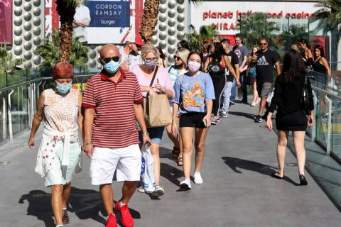 Multitudes del fin de semana del Día del Trabajo en el puente peatonal entre The Cosmopolitan ...
