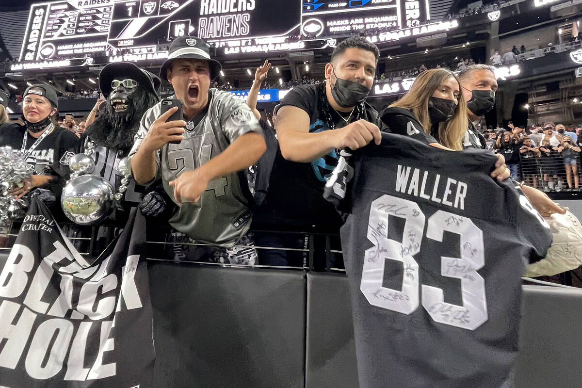 Fans animan a los Raiders al final de un partido de fútbol americano de pretemporada en casa c ...
