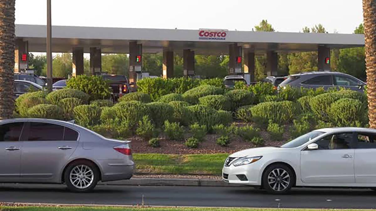 Coches hacen fila para llenar sus tanques en Costco de 801 S. Pavilion Center Drive en Las Vega ...