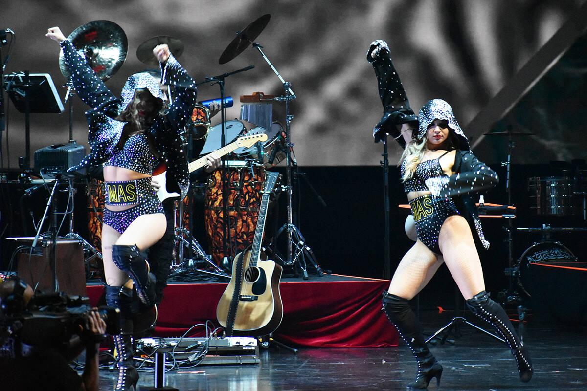 El espectáculo de Marco Antonio Solís estuvo acompañado de bailarinas y músicos que ofrecie ...