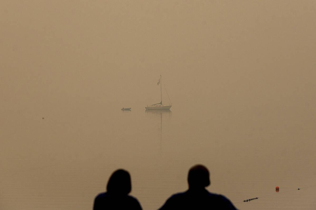 En esta fotografía de archivo del viernes 27 de agosto de 2021, una pareja mira hacia el lago ...