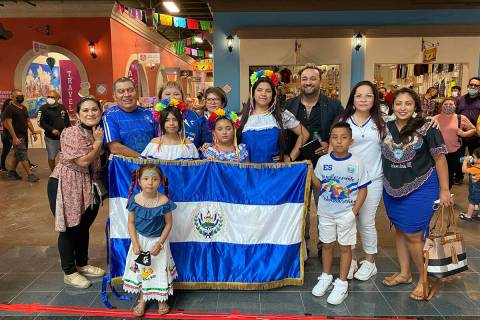 Salvadoreños radicados en Las Vegas acuden a una celebración por el Mes de la Herencia Hispan ...