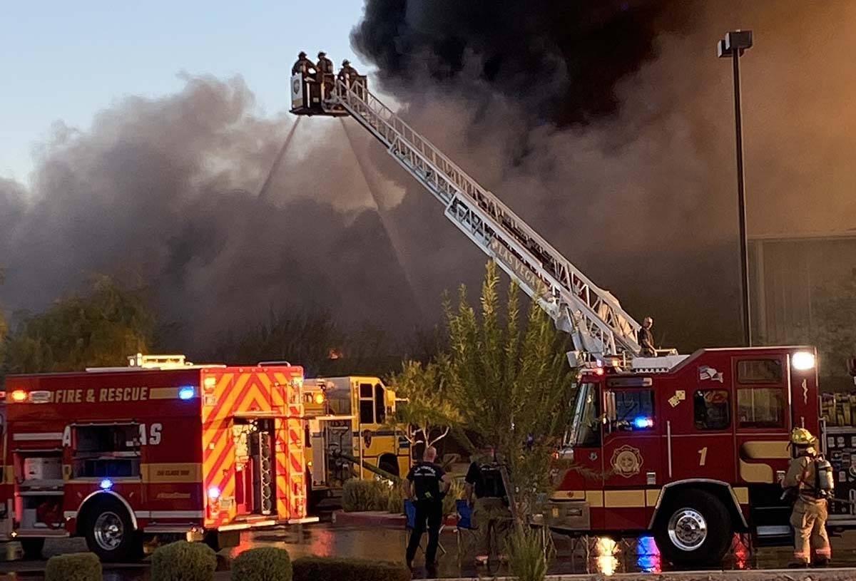 El Departamento de Bomberos de North Las Vegas lucha contra un incendio en una instalación de ...