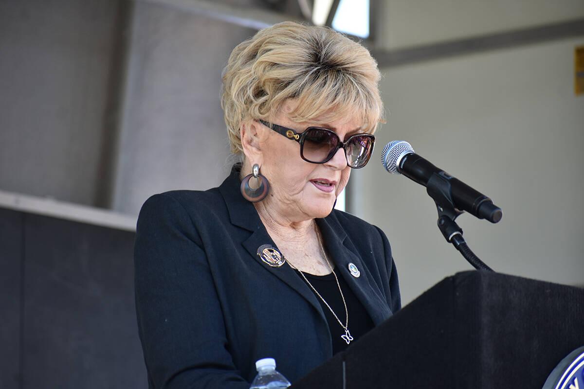 La alcaldesa de Las Vegas, Carolyn Goodman, habla durante una ceremonia de homenaje a las víct ...