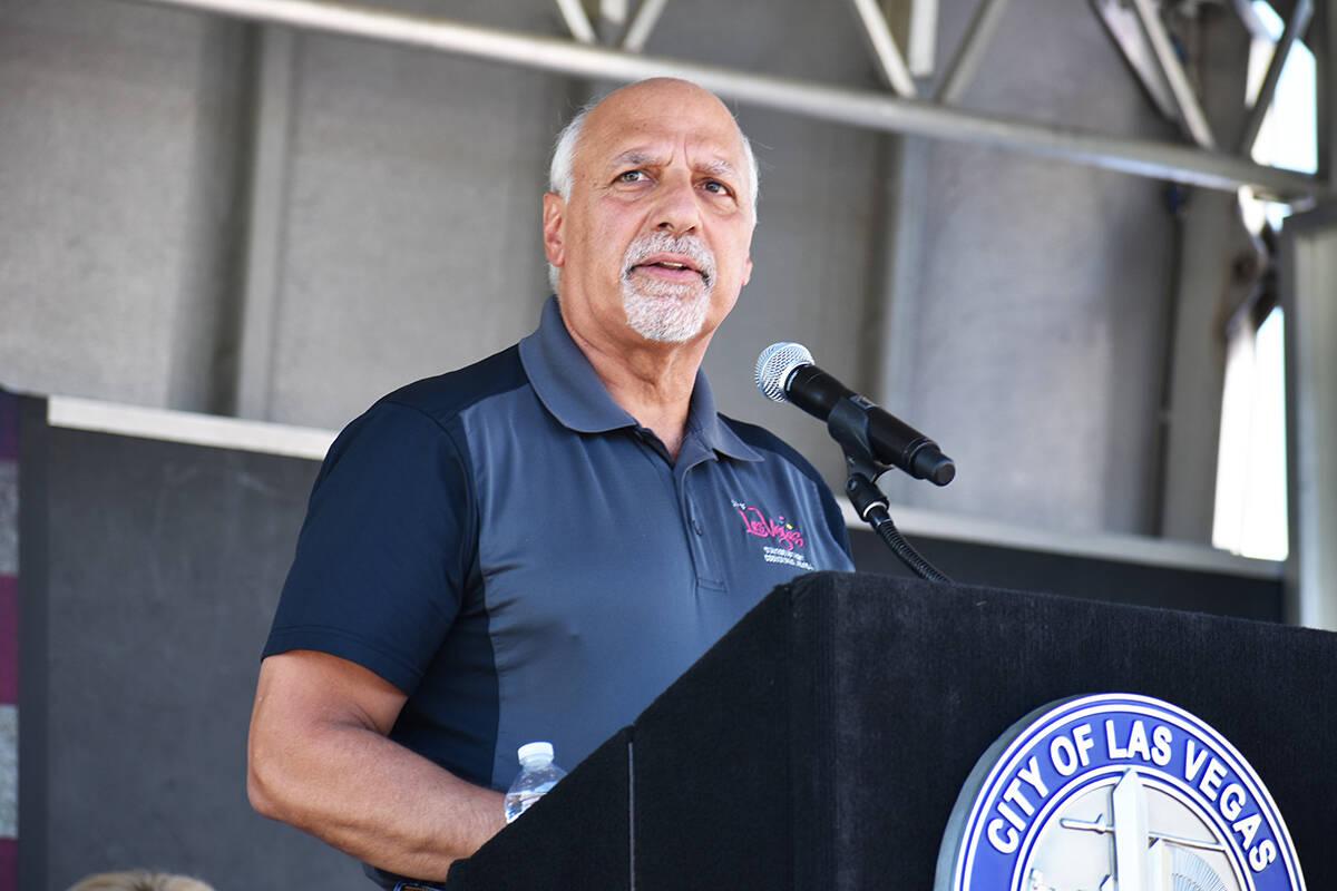 El concejal de Las Vegas, Stavros Anthony, habla durante una ceremonia de homenaje a las vícti ...