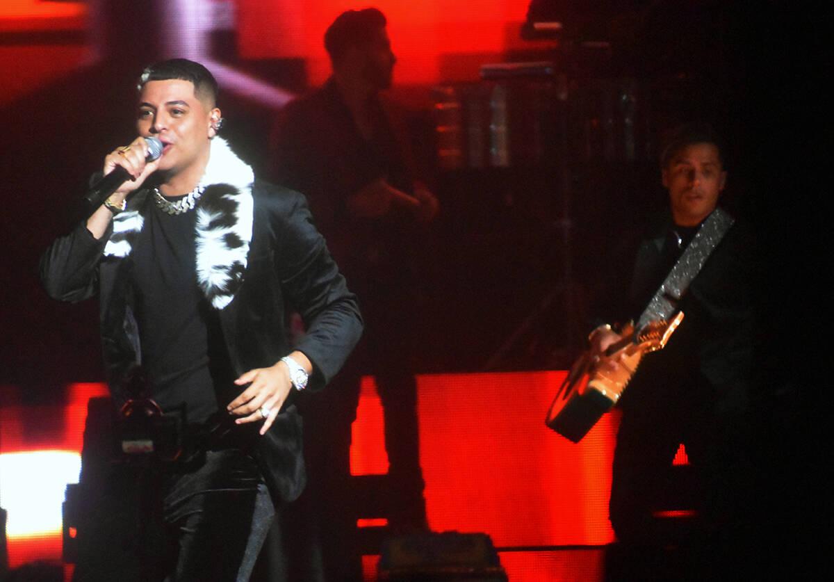 El joven cantante, Eduin Caz, oriundo de Tijuana, Baja California Norte, no paró de cantarle p ...