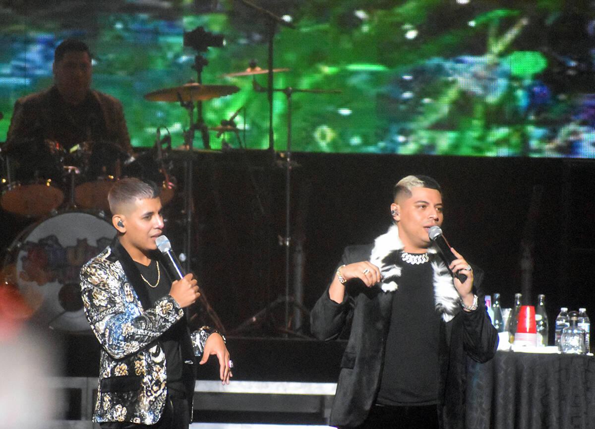 Durante el espectáculo los miembros de Grupo Firme, así como los hermanos Cázares bromeaban ...