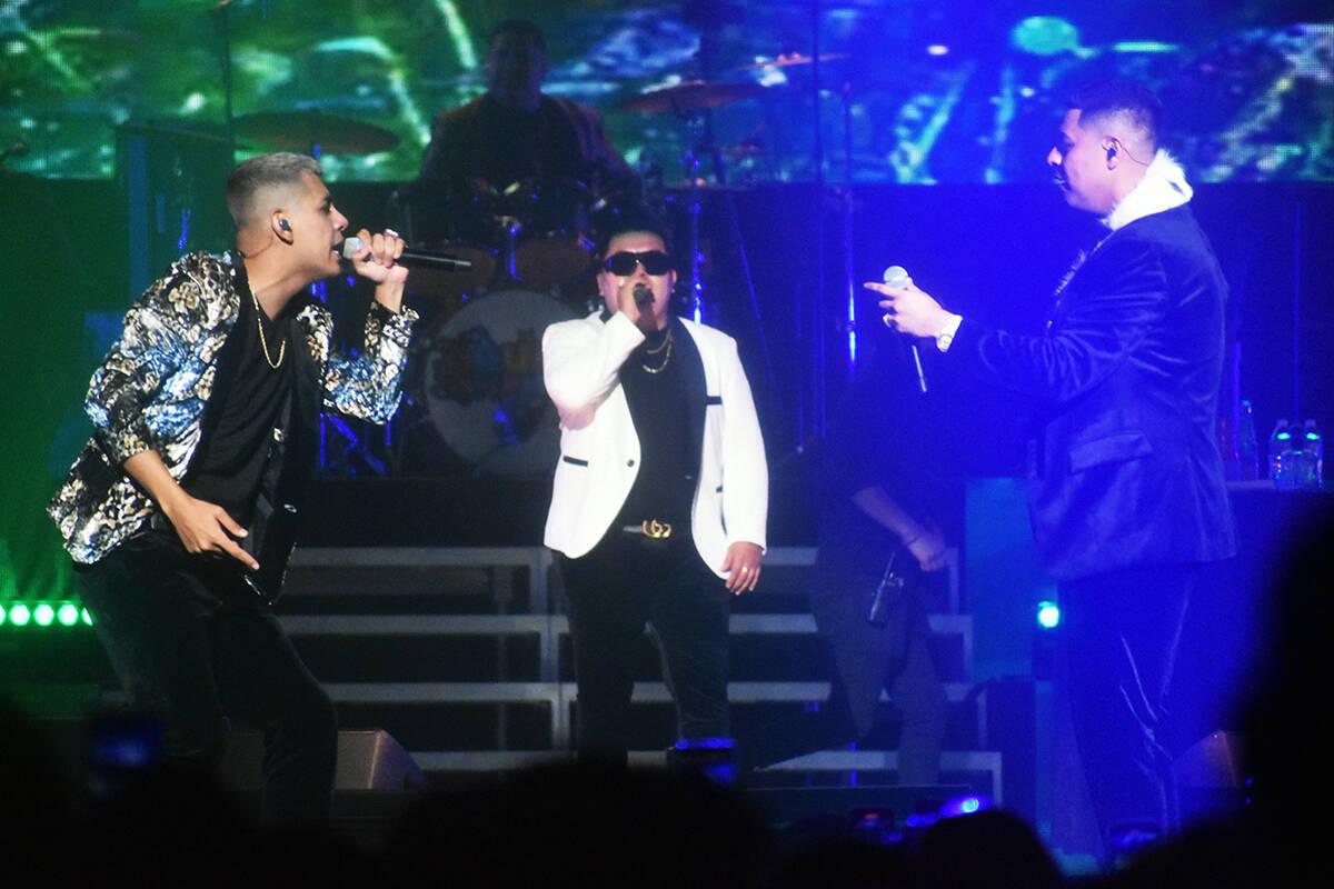 Los tres vocalistas de Grupo Firme, interpretando juntos en la tarima del Gran Garden Arena. El ...